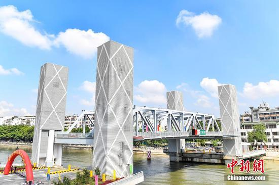First vertical-lift bridge opens in Guangzhou