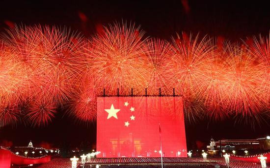 Xi joins public for evening gala to mark New China's birthday