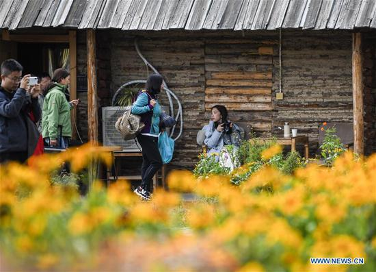 Tourists experience homestay with strong local characteristic in Xinjiang