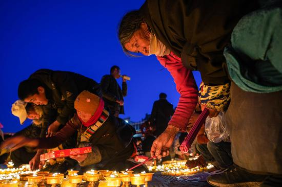 Butter lamp festival lights up a new year in Qinghai